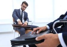 Человек в классическом костюме держит коричневый конец-вверх портфеля Стоковая Фотография RF