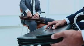 Человек в классическом костюме держит коричневый конец-вверх портфеля Стоковое Изображение RF