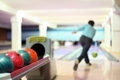Человек в клубе для шарика хода боулинга Стоковое фото RF