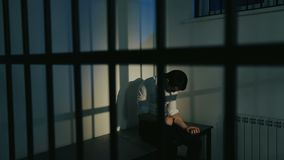 Человек в костюме за барами тюрьмы сток-видео