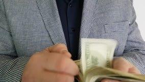 Человек в костюме подсчитывает доллары видеоматериал