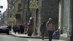 Человек в костюме t Rex в толпе людей идя на тротуар города видеоматериал