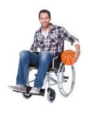 Человек в кресло-коляске с баскетболом стоковые фотографии rf