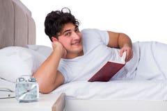 Человек в кровати страдая от инсомнии Стоковые Фото