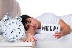 Человек в кровати страдая от инсомнии Стоковое Изображение RF