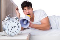 Человек в кровати страдая от инсомнии Стоковая Фотография RF