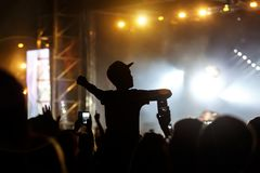 Человек в крышке получает удовольствие от концерта стоковые фото
