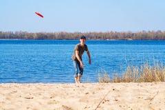 Человек в крышке при восторг играя frisbee стоковая фотография