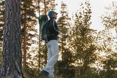 Человек в лесе Рюкзак человека стоковые изображения rf