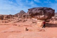 Человек в национальном парке timna стоковые изображения