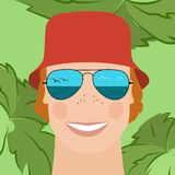 Человек в отраженных солнечных очках и красной шляпе Стоковое Фото