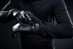 Человек в перчатках с проверять оружия стоковое фото rf