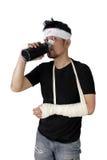 Человек в повязке выпивает и смотрит изолированную камеру стоковое фото rf