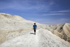 Человек в пустыне стоковое фото rf