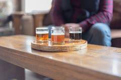 Человек в рубашке шотландки пробуя пиво от полета стоковая фотография rf