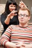 Человек в салоне hairdressing Стоковая Фотография RF