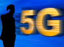 Человек в силуэте говоря на мобильном телефоне с сетью 5G стоковые изображения rf