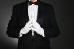 Человек в смокинге с руками в фронте стоковое фото