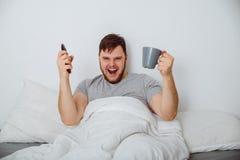 Человек в спичке вахты кровати интересной Стоковые Фото