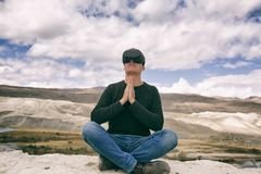 Человек в стеклах виртуальной реальности на фоне природы стоковая фотография rf