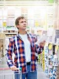 Человек в строительных материалах магазина стоковое фото