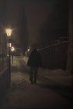 Человек в темной улице Стоковые Изображения RF