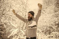 Человек в термальной куртке, бороде теплой в зиме стоковая фотография rf