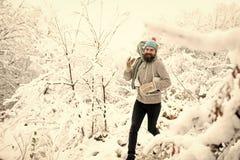 Человек в термальной куртке, бороде теплой в зиме стоковое изображение