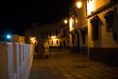 Человек 2 в традиционном морокканском djellaba идя на улицу Asilah Medina, на Атлантика побережье в Марокко кавказско стоковые фотографии rf