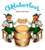 Человек 2 в традиционных немецких одеждах сидит и выпивает пиво Текст поздравительной открытки фестиваля пива Oktoberfest Стоковая Фотография RF