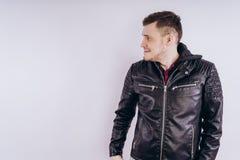 Человек в ультрамодной куртке на белой предпосылке стоковое изображение rf