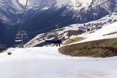 Человек в фуникулере стула в горах Стоковые Фото