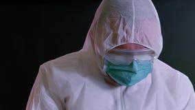 Человек в химическом костюме проверяя