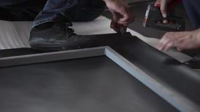 Человек в черных ботинках и темные шаги джинсов на лист кровельного железа и серую рамку металла сток-видео