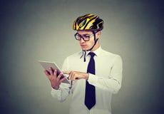Человек в шлеме безопасности используя компьтер-книжку стоковые изображения rf