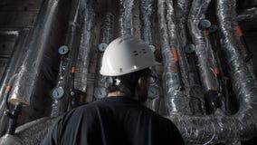 Человек в шлеме проверяя топление, систему вентиляции видеоматериал