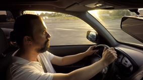 Человек в glases управляя путешествовать автомобиля стоковое фото rf