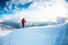 Человек в snowshoes в горах в зиме Стоковое Изображение RF