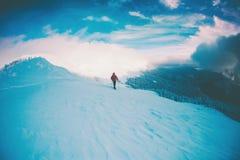 Человек в snowshoes в горах в зиме Стоковое Изображение