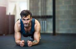 человек гимнастики вне работая Стоковые Фото