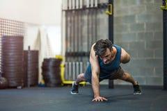 человек гимнастики вне работая Стоковое Изображение
