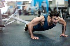 человек гимнастики вне работая Стоковое Изображение RF