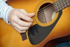 человек гитары играет шнур 6 стоковые изображения