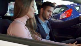 Человек говорит его девушку о автомобиле стоковые фотографии rf
