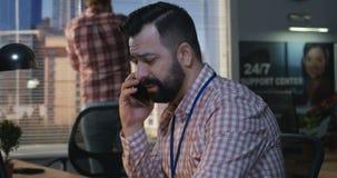Человек говоря для того чтобы позвонить по телефону на офисе