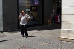 Человек говоря на мобильном телефоне стоковые изображения