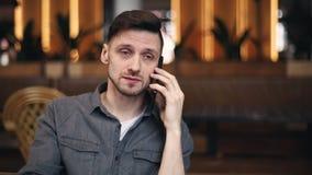 Человек говоря на смартфоне сток-видео
