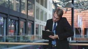 Человек говоря на телефоне акции видеоматериалы
