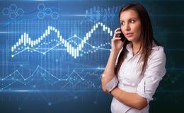 Человек говоря по телефону с диаграммами на предпосылке стоковое изображение