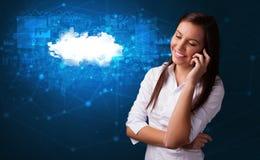 Человек говоря по телефону с концепцией технологии облака стоковая фотография